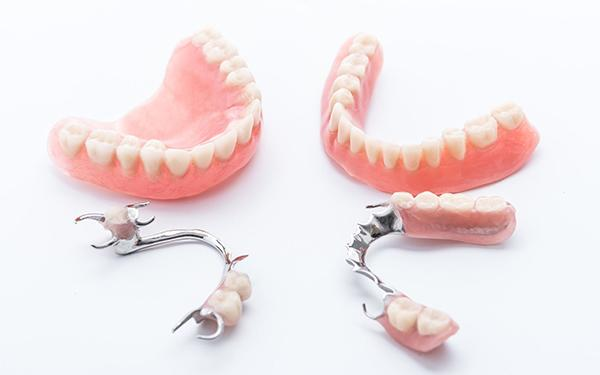 7 porad, jak dbać o protezę zębową