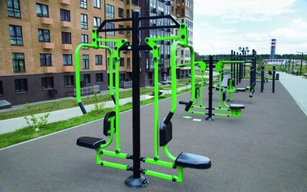 Jakie są wymagania prawne i techniczne dla siłowni plenerowej?